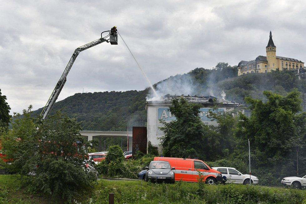 Požár bývalého autobazaru v Ústí nad Labem