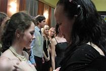 První ples pro své žáky devátých tříd uspořádala Základní škola Vojnovičova.