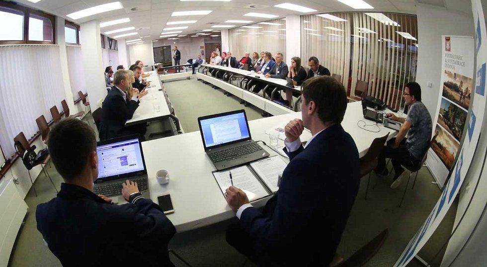 Projekt Deník-bus pokračuje řízenou debatou v hotelu Lužan.