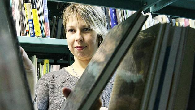 Pavlína Cipriánová mezi knihami, jež si mohou Ústečané výhodně koupit.