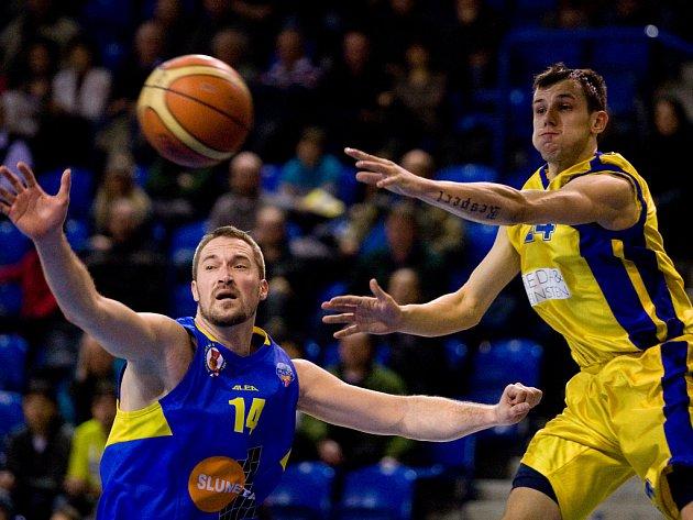 Ústeckým basketbalistům stačí k záchraně v MNBL jedno vítězství. Ústecký pivot Tomáš Hrubý (vlevo) je na snímku v souboji s opavským Jakubem Šiřinou.
