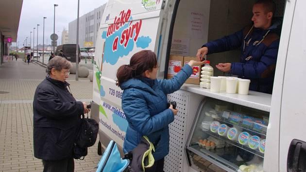 Pravidelným účastníkem farmářských trhů u OC Forum je dodávka projektu Mléko z farmy.