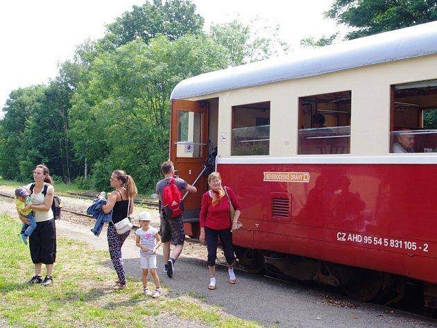 PRÁZDNINOVÉ VLAKY na Kozí dráze budou zatím jezdit každou neděli. Severočeské dráhy vypraví tři páry vlaků denně.