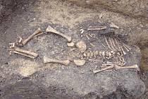 Archeologové našli kostru malého dítěte ze třináctého století při průzkumu pod budoucím OC Forum