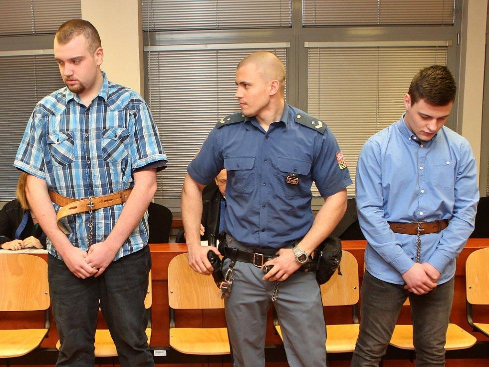 Tomáš Pavlis (vlevo) a Adam Kužel (vpravo) u soudu