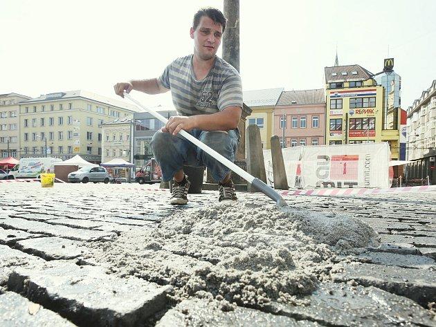 Oprava dlažby na Mírovém náměstí.