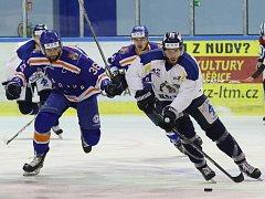 Ústečtí hokejisté (bílé dresy) zvítězili v přípravě v Litoměřicích 2:1.