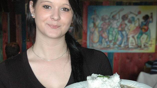 Každý čtvrtek se v restauraci Sport Pub Zlatopramen na zimním stadionu vaří podle čtenářů Ústeckého deníku. Na snímku učenka oboru : číšník, servírka – Klárka Soukupová.