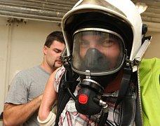 Fotoreportér Deníku si navlékl ochranné přetlakové chemické a žáruvzdorné obleky hasičů chemiků na teplické hasičské stanici