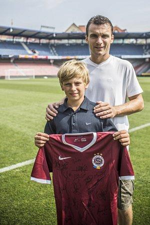 Adam si prohlédl stadion a zúčastnil se tréninku. Domů si odnesl podepsaný dres.