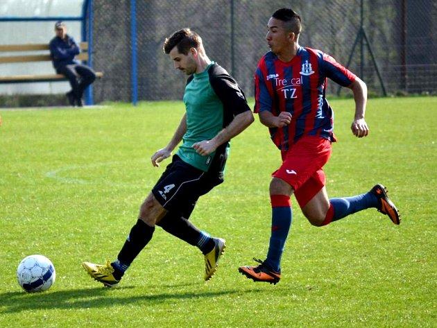 Fotbalistům Chabařovic (vpravo kanonýr Čisár) se daří.