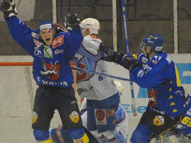 Hokejisté Hořava (vlevo) a Micka se radují z vítěžné branky