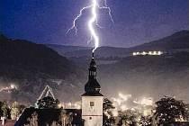 Blesk udeřil do kostela sv. Floriána v Krásném Březně.