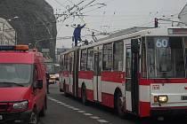 Na Předmostí došlo k vysmeknutí sběrače trolejbusu na lince číslo 60.