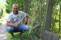 Agresivní srny ničí zahrádkářům ploty a žerou úrodu.