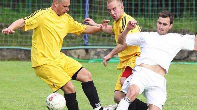 Fotbalisté Střekova (žluté dresy) porazili v dalším přípravném střetnutí celek Pokratic vysoko 4:0.