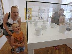 Výstava plná hrnků v ústeckém muzeu.