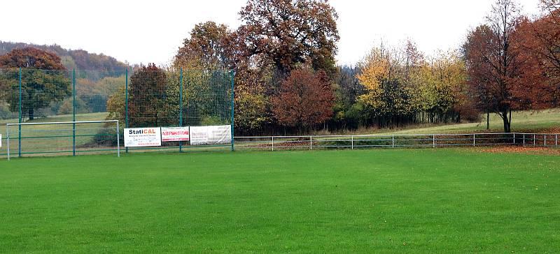 Fotbalové hřiště v Hostovicích je kuriózní sklonem v podélném i příčném směru. Horní pravý roh