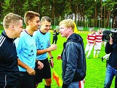 Ústecký rozhodčí Petr Kolátor (v modrém vlevo), který pískal televizní utkání 1. A třídy Vroutek-Ervěnice.