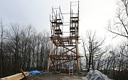 Nadšenci staví novou dřevěnou rozhlednu v blízkosti Malečova na Lucemburkově kopci.