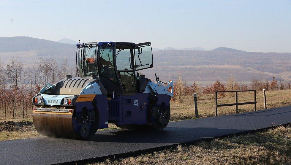 Nový povrch bude mít cyklostezka vedoucí okolo jezera Milada. Nyní se zde pokládá asfaltový povrch.