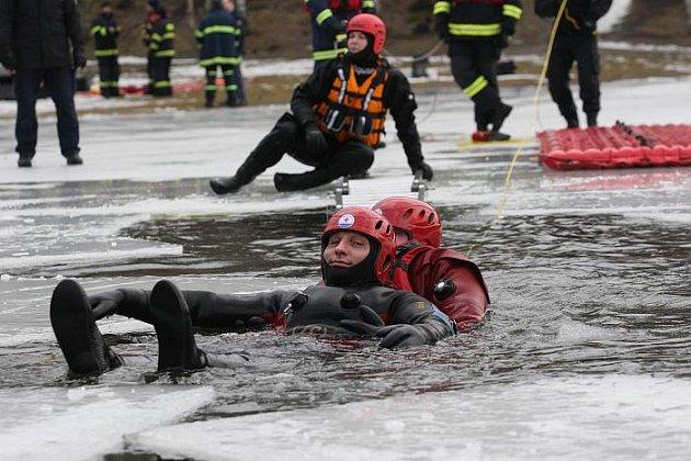 Profesionální hasiči ze stanice Petrovice, vodní záchranná služba a policisté z poříčního oddělení v Ústí nad Labem společně nacvičovali na zamrzlé hladině varvažovského rybníka záchranu osoby, pod kterou se prolomil led.