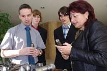 Učitel Patrik Lukšan ze Střední školy lodní dopravy a technických řemesel Děčín předvádí hejtmance Janě Vaňhové výrobky svých žáků.