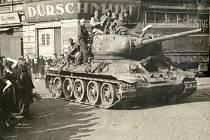 TANK T-34 projíždí ústeckým Předmostím.