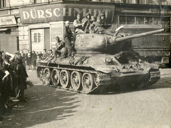 TANK T-34projíždí ústeckým Předmostím.