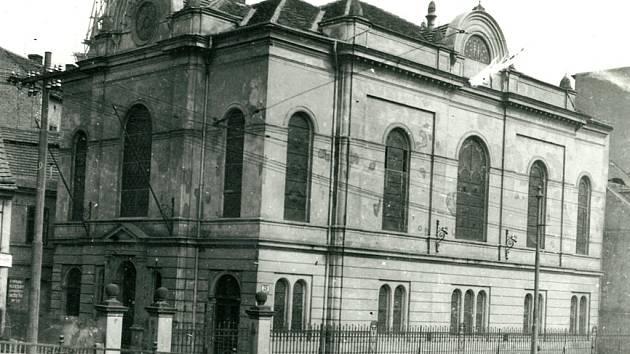 Zaniklá synagoga. Chrám Židé začali stavět roku 1880 v Malé Hradební ulici. Nacisté ho zničili v roce 1938.