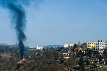 Požár chatky zachycený z okna bytu v Palachově ulici.