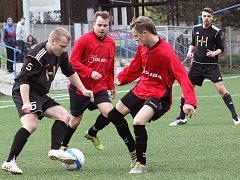 Fotbalisté Tisé (červení) zakončili sezonu v B třídě na 11. místě a mohli slavit záchranu.