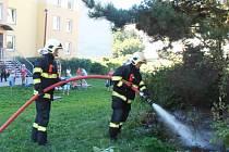 K požáru okrasných keřů vyjeli hasiči do ulice Anežky České.