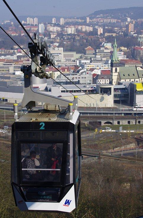 Kabina lanovky na Větruši. Březen 2016
