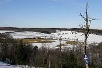 I v Krušných horách je v zimním období spousta míst, která stojí za návštěvu. A to třeba i vlakem.