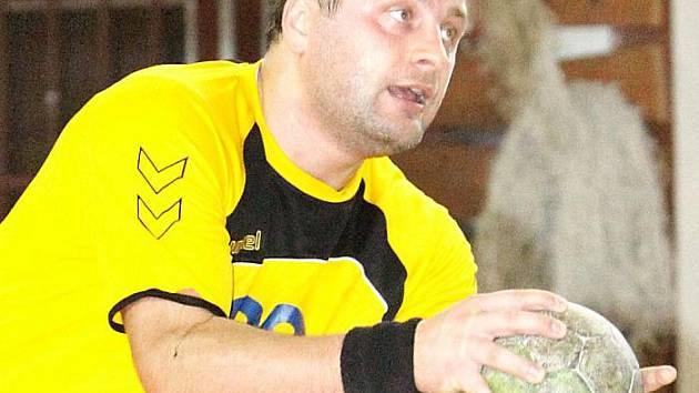 Trenér extraligového lídra z Lovosic Vojtěch Srba byl v dresu ústecké Chemičky k nezastavení. V duelu na palubovce juniorů Dukly Praha zaznamenal deset branek, přesto nakonec Ústí padlo.