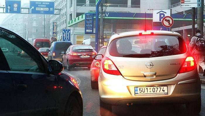 Dopravní situace v Ústí nad Labem v pondělí kolem 17.00 hodiny.