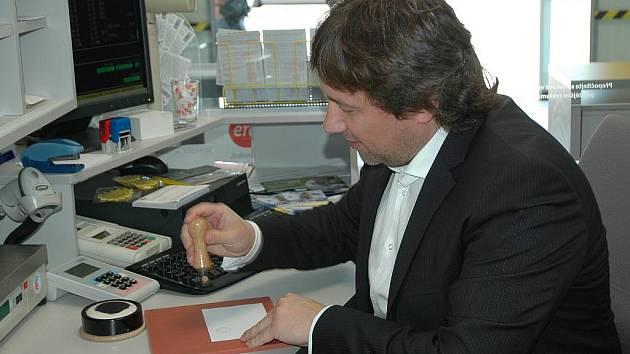 Razítkování na přepážce nové pošty si vyzkoušel i primátor Vít Mandík. Během otevření ocenil, že pošta bude mít otevřeno i v neděli.