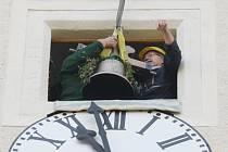 Návratu zvonů do kostela sv. Floriána, jedné ze čtrnácti národních kulturních památek Ústeckého kraje, v Krásném Březně předcházelo jejich slavnostní žehnání litoměřickým biskupem Janem Baxantem.