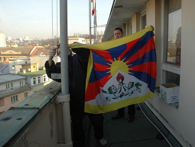 Vyvěšování vlajky Tibetu na ústeckém magistrátu.