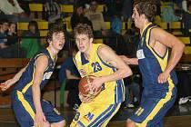 Ústečtí basketbalisté (žluté dresy) v domácím prostředí splnili roli favorita a přehráli Opavu B 77:61.