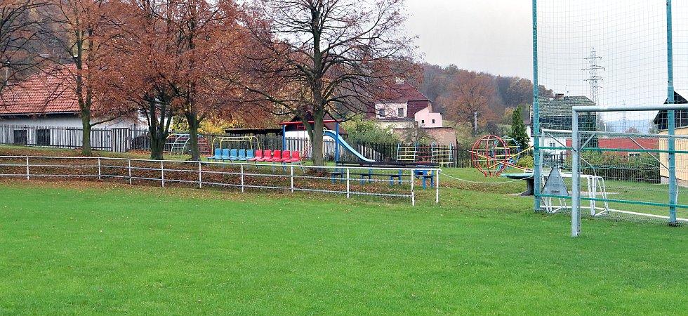 Fotbalové hřiště v Hostovicích je kuriózní sklonem v podélném i příčném směru. Spodní pravý roh