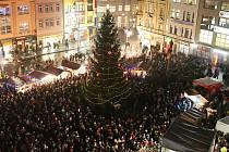 POHLED Z VÝŠKY. Ústecké Mírové náměstí rozsvítil vánoční strom.