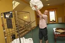 Nezbytnou rekvizitou pokojské v hotelu je vozík, štětka na toalety a rukavice. Úklid jednoho pokoje trvá v průměru přibližně pětačtyřicet minut.