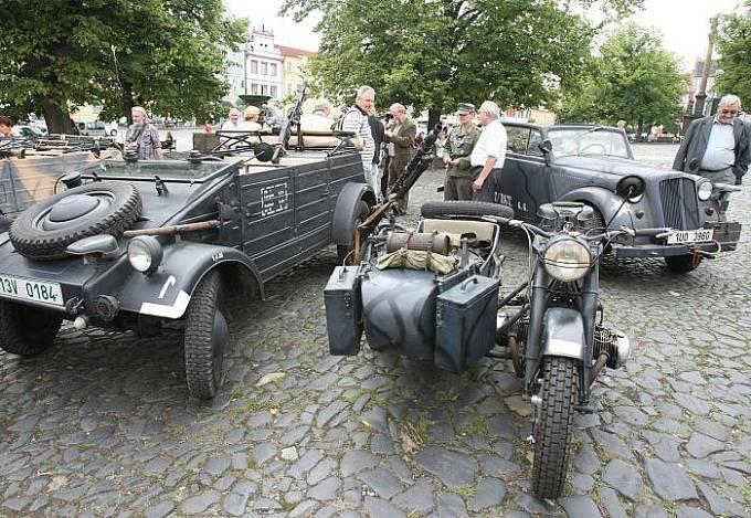 ZAHÁJENÍ VÝSTAVY 5. srpna proběhlo ve velkém stylu. Před Oblastním muzeem v Litoměřicích se objevily uniformy a vojenská technika z doby druhé světové války.