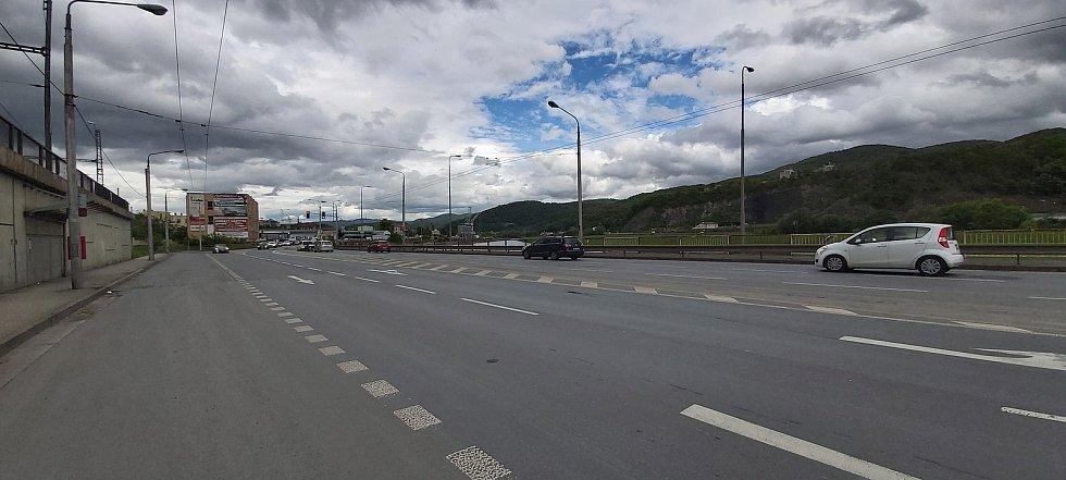 Mnoho dopravních karambolů se v Ústí nad Labem stává v ulici Přístavní, nedaleko mostu Dr. Edvarda Beneše. Za poslední dva roky tam došlo k 13 zraněním, v žebříčku míst, kde se v kraji nejvíce bourá je místo na páté příčce.