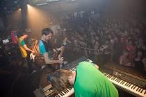 Návštěvníky klubu Doma v úterý bavily kapely TataBojs a Toxic People.