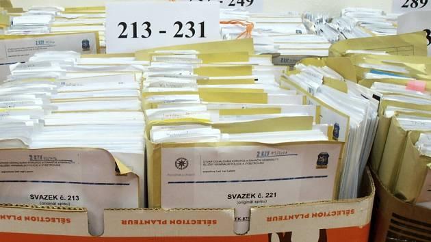 Policejní přepravka plná spisů.
