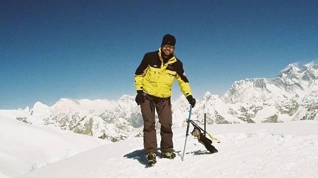 Pavel Brichta na vrcholu Mera Peak v Nepálu v nadmořské výšce 6476 metrů.