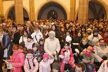 Přes šest stovek lidí si společně zazpívalo pět vánočních koled v ústeckém kostele Nanebevzetí Panny Marie.